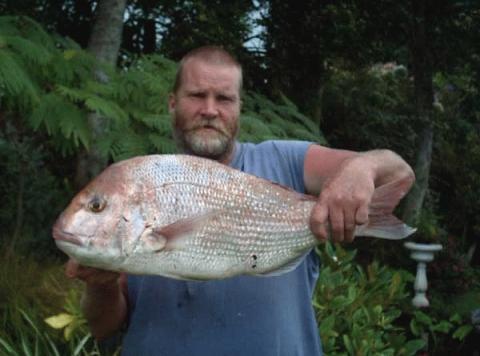 Les Thompson, Pukearuhe, 19/2/06, Snapper 5.13kg